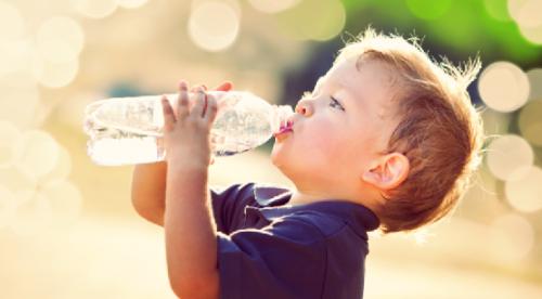 kid drink water